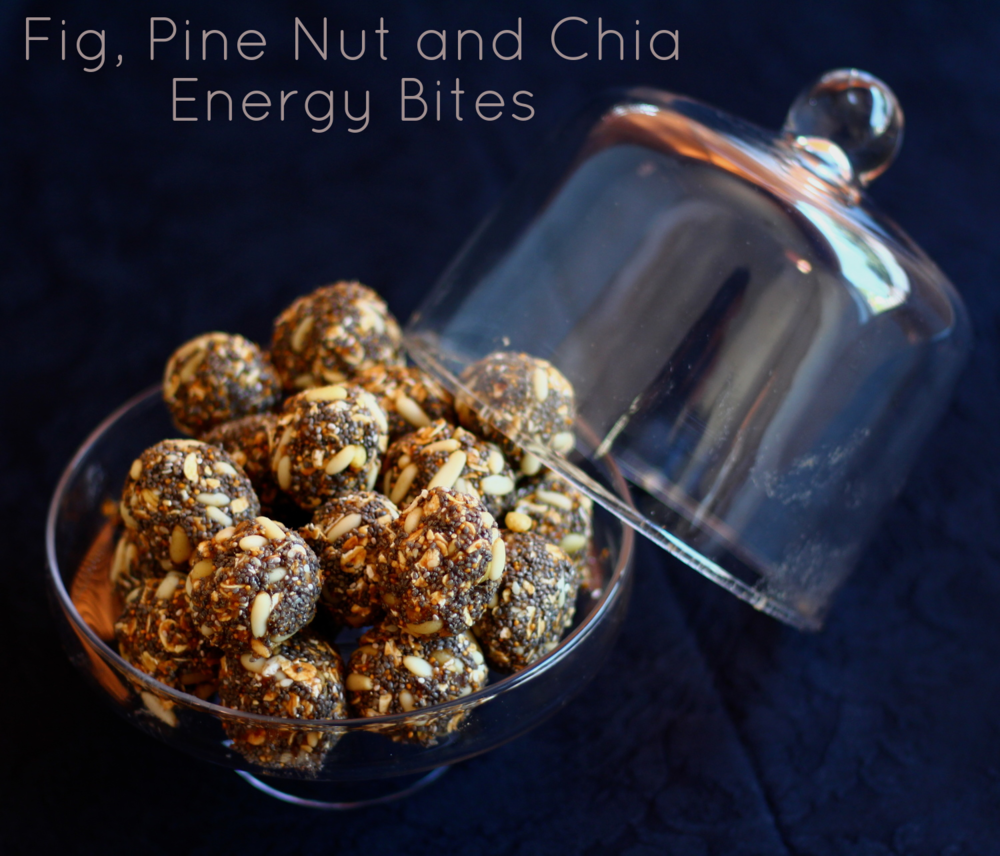 225g of dried figs, 1/4 cup honey, 100g chestnut purée or boiled chestnuts, 1 tsp ground cinnamon, 1/2 tsp ground nutmeg. Blend all ingredients in a blender. Then add 1 cup oats, 1 cup pine nuts, 1 cup  chia seeds. Mix well and refrigerate for an hour before rolling into small balls. Makes approx. 24. 225g de figos secos, 1/4 chávena de mel, 100g de puré de castanhas ou castanhas cozidas, 1 colher de chá de canela, 1/2 de colher de chá de noz moscada. Picar bem numa picadora. Depois juntar 1 chávena de flocos de aveia, 1 chávena de pinhões, 1 chávena de amêndoas em fatias. Misturar bem e refrigerar por uma hora e depois enrolar em bolas pequenas. Faz 24 porções aprox. One bite: 118 kcal, 2.5g protein, 15.2g carbohydrates of which 7.7 sugars, 5.9g fats of which 0.5g saturated, 3.6g fibre