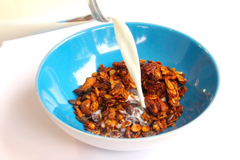 Preheat oven to 160ºC. Place 5 pitted Medjool dates in a saucepan covered with 150ml of water and boil for 2 minutes. Blend into a paste and mix in a large bowl with 100g rolled oats, 2 tbsp honey, 1/2 cup cashews, 1/2 cup pecans, 1/2 cup pumpkin seeds and 100 ml coconut oil. Spread in a baking sheet and bake for 15 minutes until golden and then lower oven to 110ºC and cook for another hour. Leave in the oven turned off to cool. Keep in an airtight container. Aqueça forno para 160ºC. Coloque 5 tâmaras Medjool descaroçadas num tacho e cubra com 150ml de água. Ferva por 2 minutos. Retire e triture até ficar macio. Junte numa taça grande com 100g de flocos de aveia inteiros, 2 colheres de sopa de mel, 1/2 chávena de cajus, 1/2 chávena de nozes pecan, 1/2 chávena de pevides e 100 ml de óleo de coco. Espalhe num tabuleiro e leve ao forno durante 15 minutos para dourar. Baixe a temperatura e cozinhe por mais 1 hora. Desligue o forno e deixe arrefecer lá dentro. guarde num recipiente hermético.