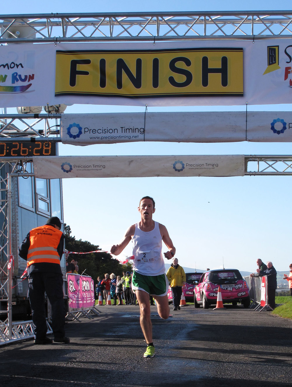 however he couldn't keep up and victory went to Raheny Shamrocks' Brian Leahy, completing the 5 mile run in a time of 26:28.