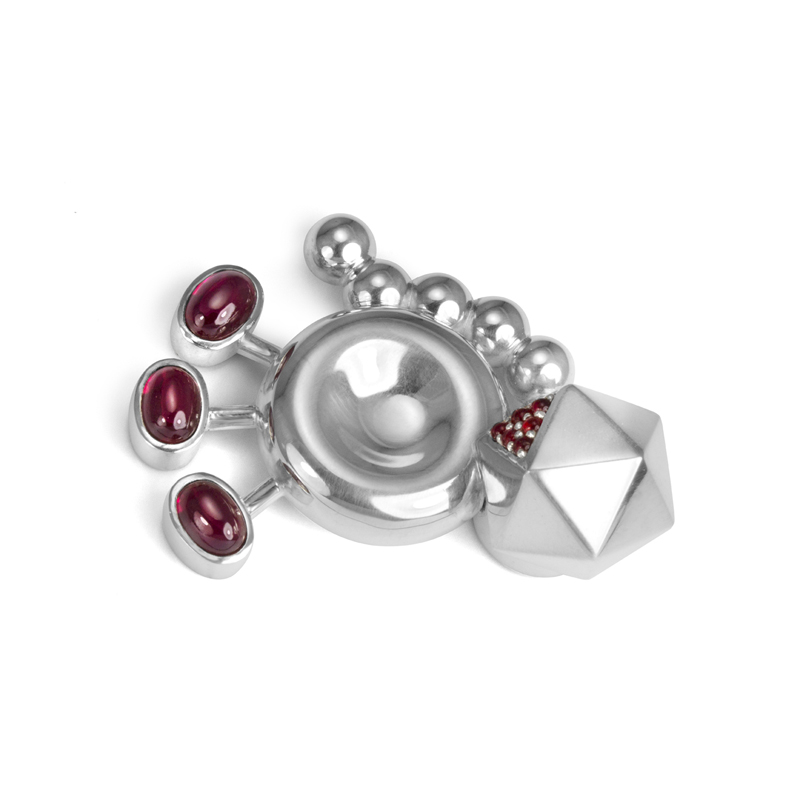 Paul McClure, Mutations 5, 2012, brooch (sterling silver, garnets, lab-grown corundum, neodymium magnets), 7 x 5 x 2 cm. Collection of the artist. Photo: Digital by Design