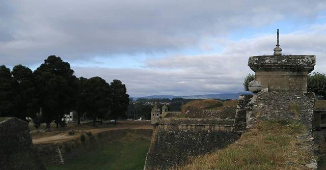 Fortaleza de Valença do Miño. Iniciada a principios do século XIII, estaba composta por un castelo medieval e algunhas muraias. No século XVII foi reformada e ampliadala pasando a ser Praza Forte. #valença