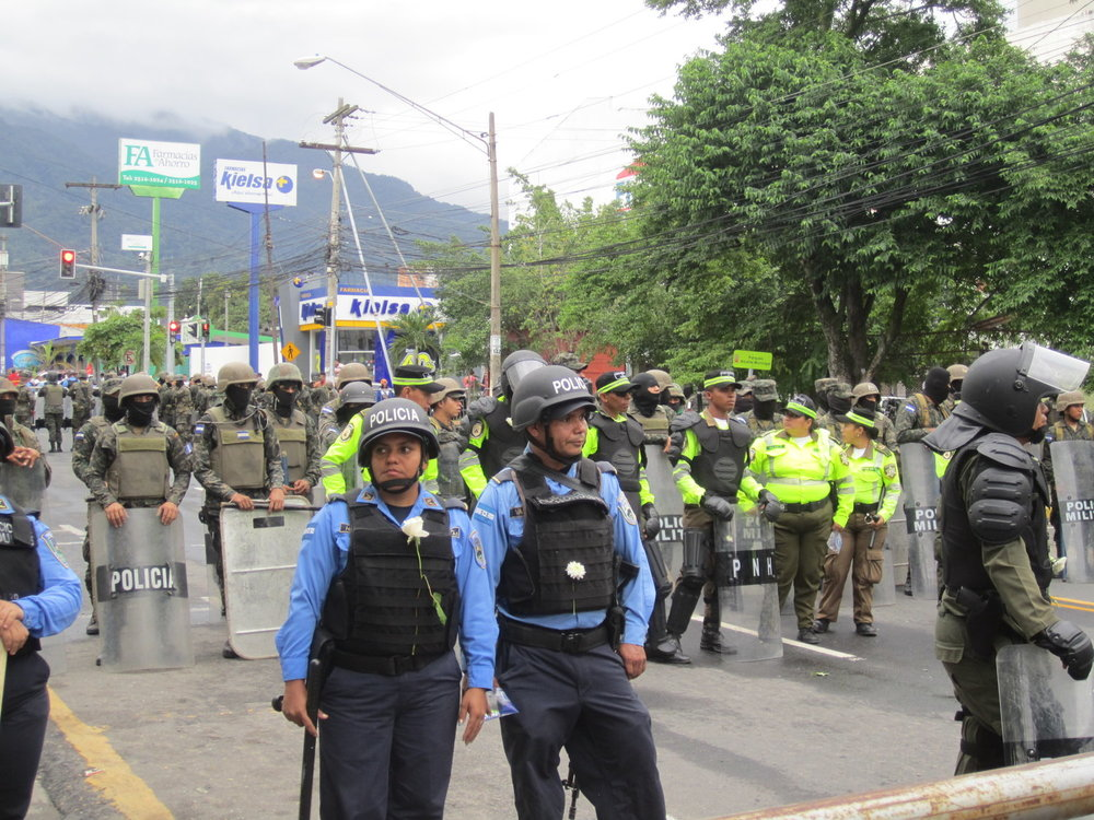 San Pedro Sula, Cortés. Domingo, 3 de diciembre. Militares y policías listos mientras una manifestación pacifica se realiza. Los manifestantes repartan flores a los policías. Foto crédito: autora.