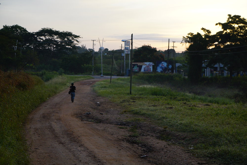 Close to the train tracks, a migrant running in Tenosique, Tabasco. Photo by: Irving Mondragón
