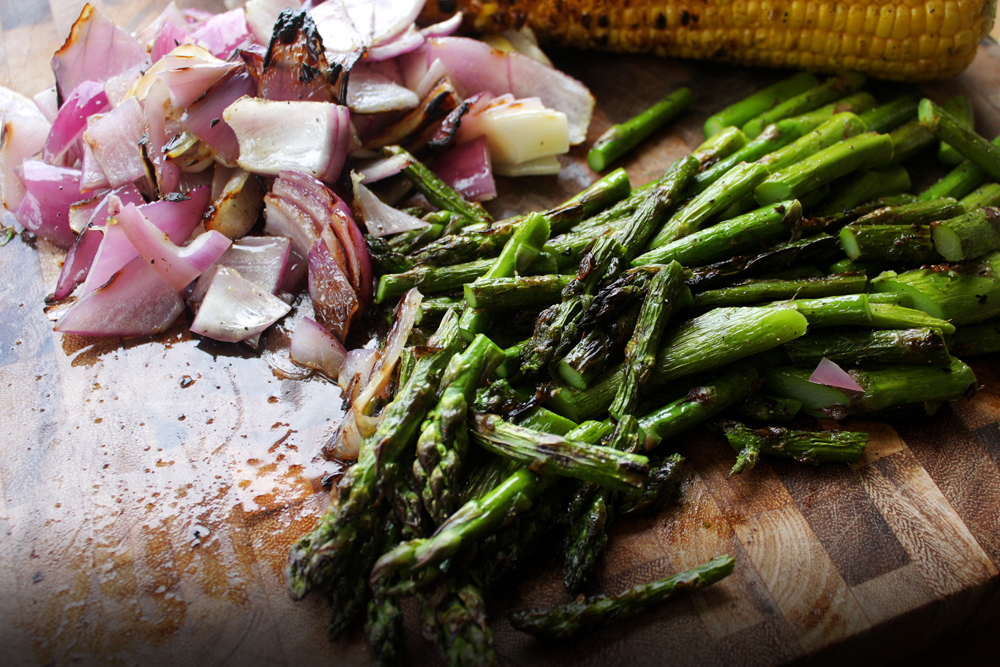 Cut the asparagus and onion to bite sized pieces.