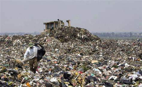 Waste-pickers from Mexico working to collect recyclable waste from a dumpsite.
