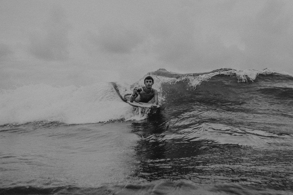 Manhã de surf em Guaratuba/Pr, cidade onde morei durante 5 anos com meus pais. Na minha mão uma das minhas primeiras câmeras fotográficas que me foi dada por um grande amigo. (2011)