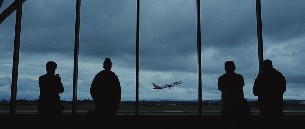 o-que-voce-espera-ricardo-franzen-lovefreedommadness-documentario-brasileiro-brasil-curitiba-ruas-todo-mundo-espera-alguma-coisa-aeroporto-avioes-aviao-decolagem-centro-museu-producao-de-filmes-curitiba-4.jpg