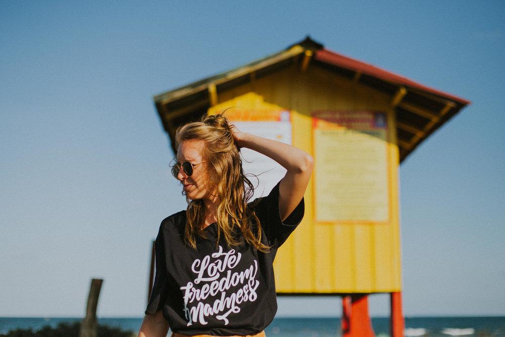 Gaby-Braun-Love-Freedom-Madness-Model-Brazil-t-shirt-beach-praia-ensaio-campanha-fotos-na-praia-ricardo-franzen-3.jpg