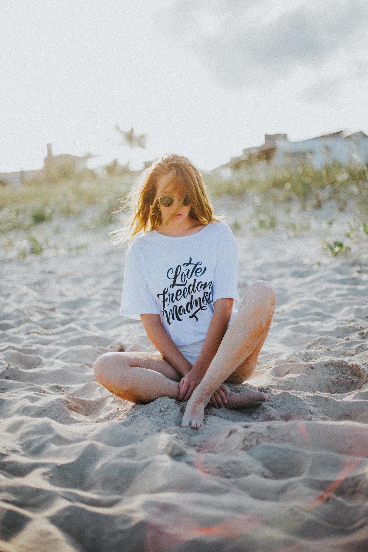 Gaby-Braun-Love-Freedom-Madness-Model-Brazil-t-shirt-beach-praia-ensaio-campanha-fotos-na-praia-ricardo-franzen-7.jpg
