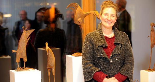 Chris Kircher stellt ihre Skulpturen noch bis zum 12. März in der Galerie am Rathaus aus. Foto: Knapp