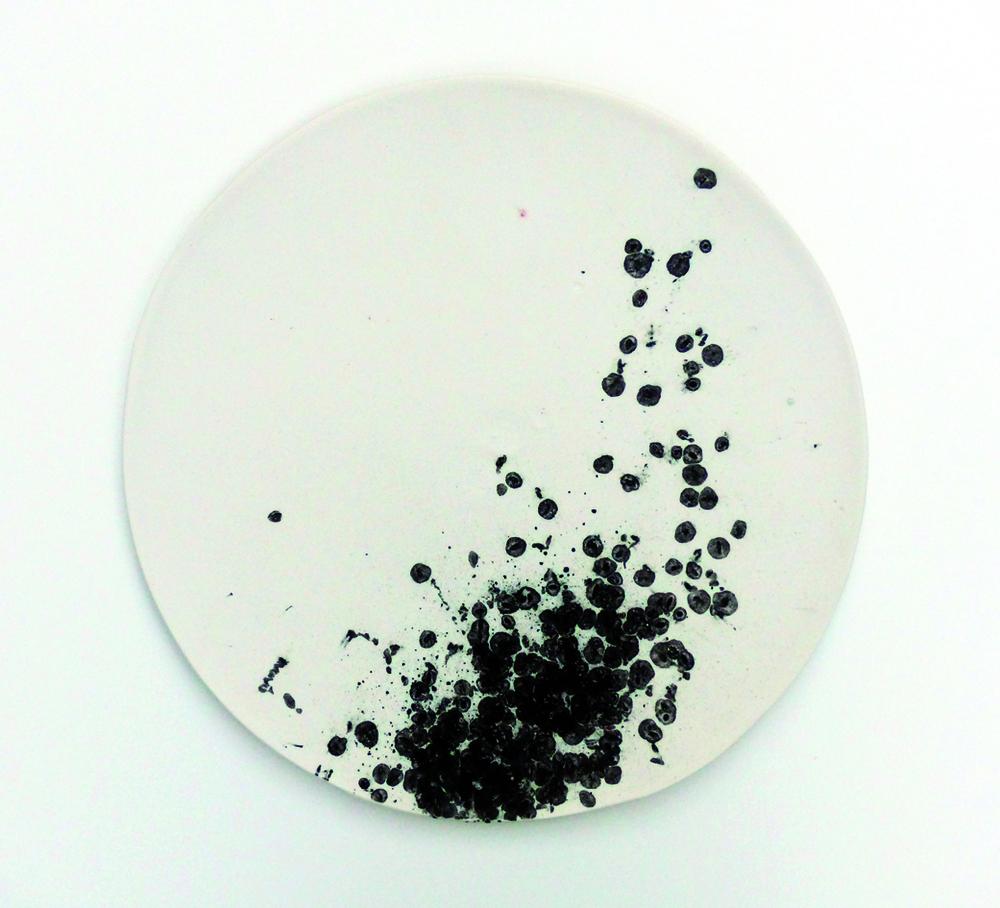 Serie  leaving traces , Kachel_08  2015   ∅  25cm  Porzellan, schwarzer Reis, Pigmente, Glasur | porcelain, black rice, pigment, glaze