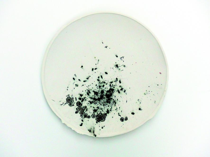 Serie  leaving traces , Kachel_03  2015  ∅ 23 cm  Porzellan, schwarzer Reis, Pigmente, Glasur | porcelain, black rice, pigment, glaze  380,– €