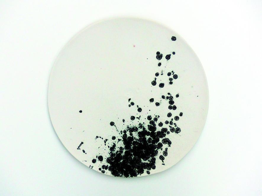 Serie  leaving traces , Kachel_08  2015  ∅ 25 cm  Porzellan, schwarzer Reis, Pigmente, Glasur | porcelain, black rice, pigment, glaze  380,– €