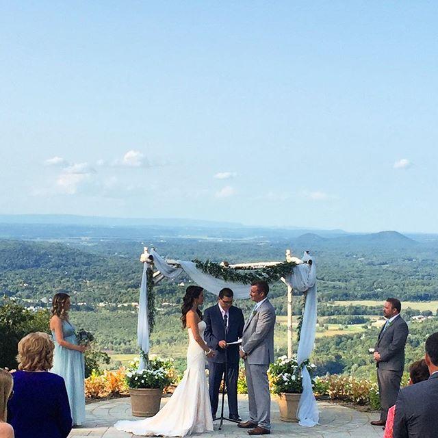 Saying their I do's on top of a Mountain 🏞 #upscaleweddings #ido #wedding #weddingsofinstagram #views #mountaincreek #theknot