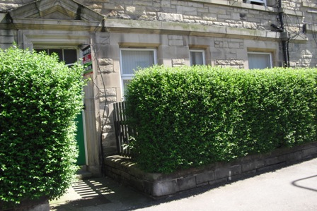 now let lovely one bedroom ground floor furnished flat in halmyre st just ample shower room