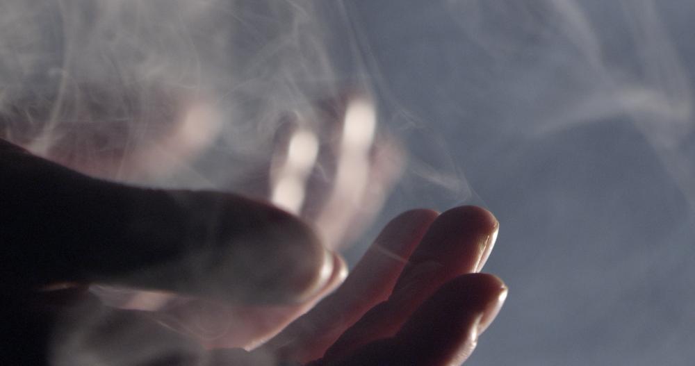 LaRechute_SmokeHands.png