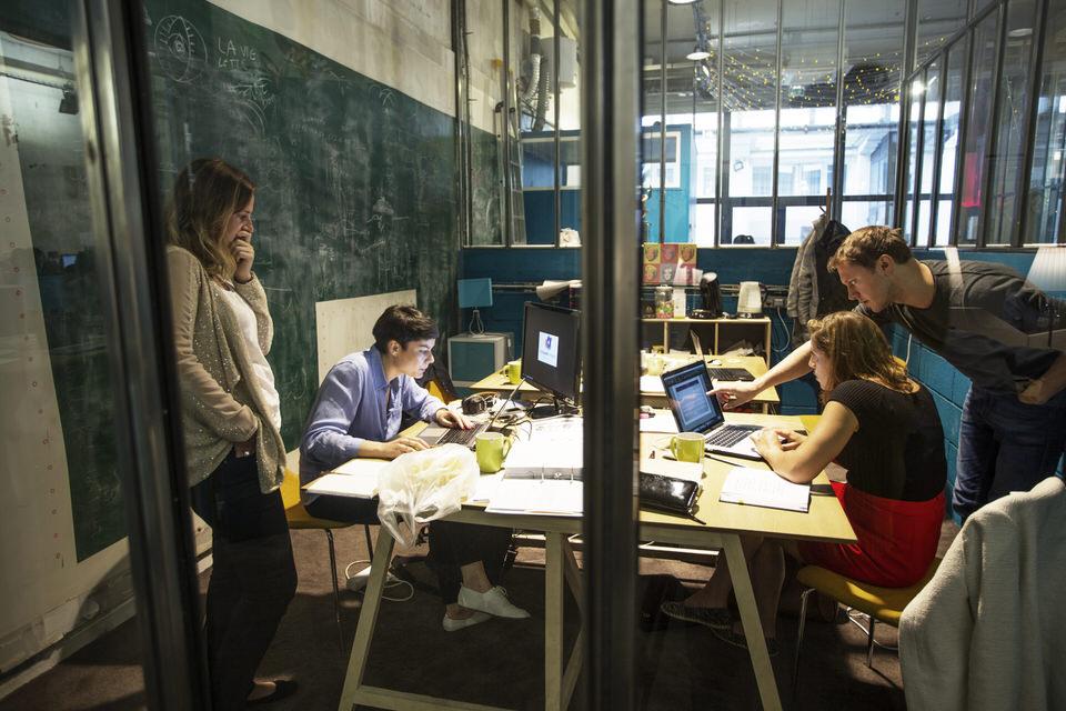 Équipe en train de travailler dans un bureau fermé du Remix Coworking à Paris