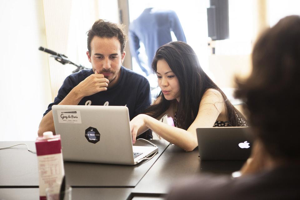 Coworkers au Remix Coworking Paris en train de travailler ensemble