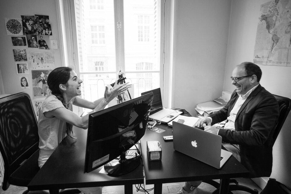 Coworkers dans un espace de coworking à Paris Remix