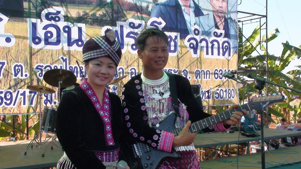 Tsabmim Xyooj sharing the stage with Povmeem Hawj.