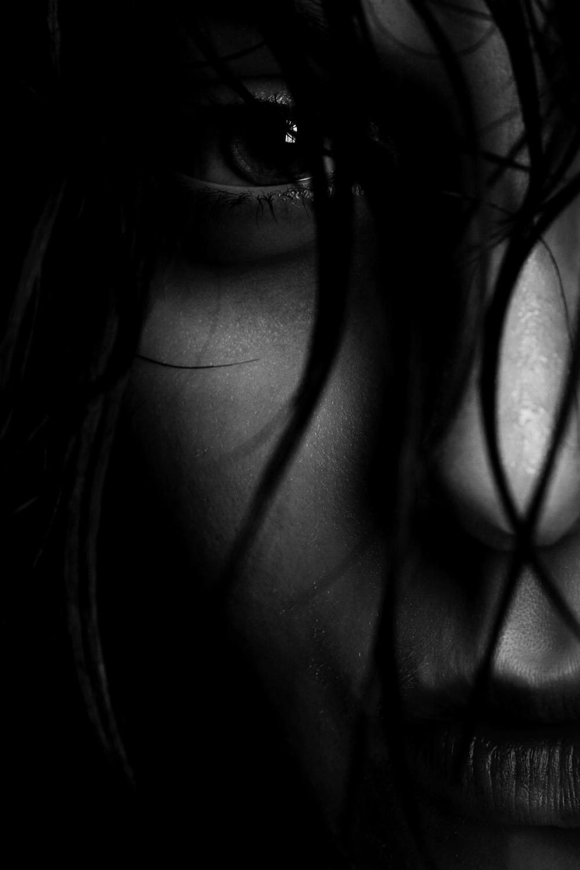 〖 dark-eyed 〗
