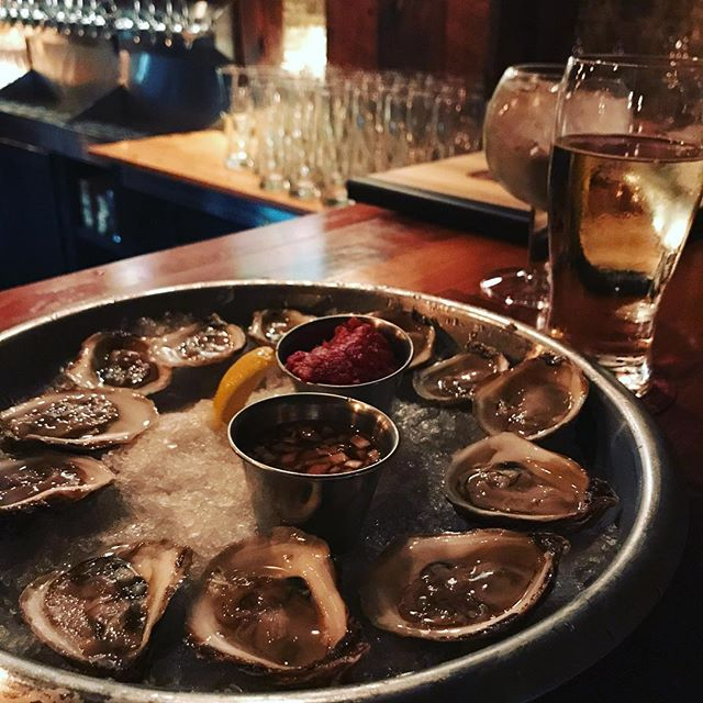 Best way to end a dreary Monday ... $1 oysters, farm toast & beer at @henrysttaproom 🙌🏻🍺❤️