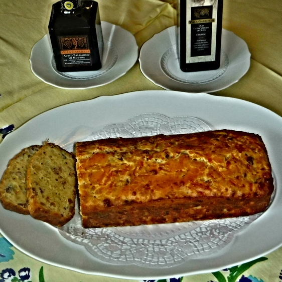 SAVORY HAM & GRUYÈRE CHEESE BREAD