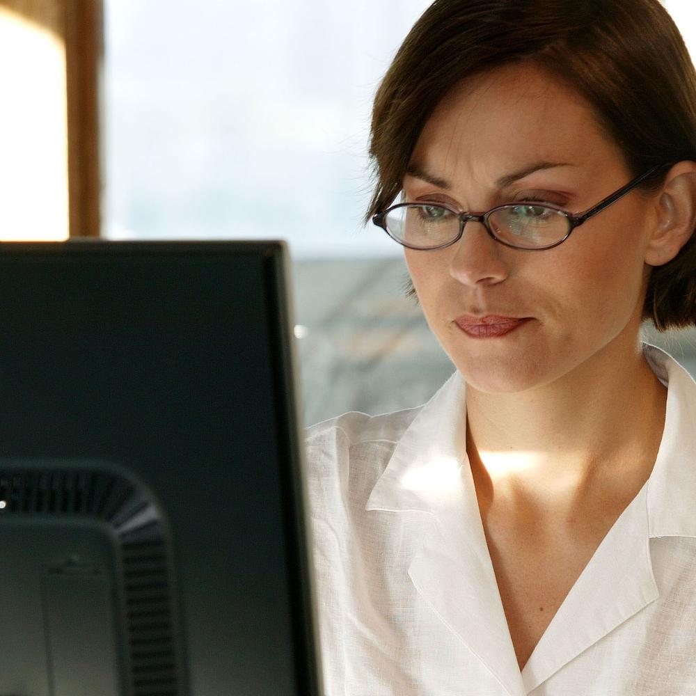 La majorité des adultes éprouvent une fatigue visuelle numérique entre 15 et 21 heures. Les yeux sont déjà fatigués des heures de visionnement à l'écran et doivent travailler encore plus fort afin de se concentrer.