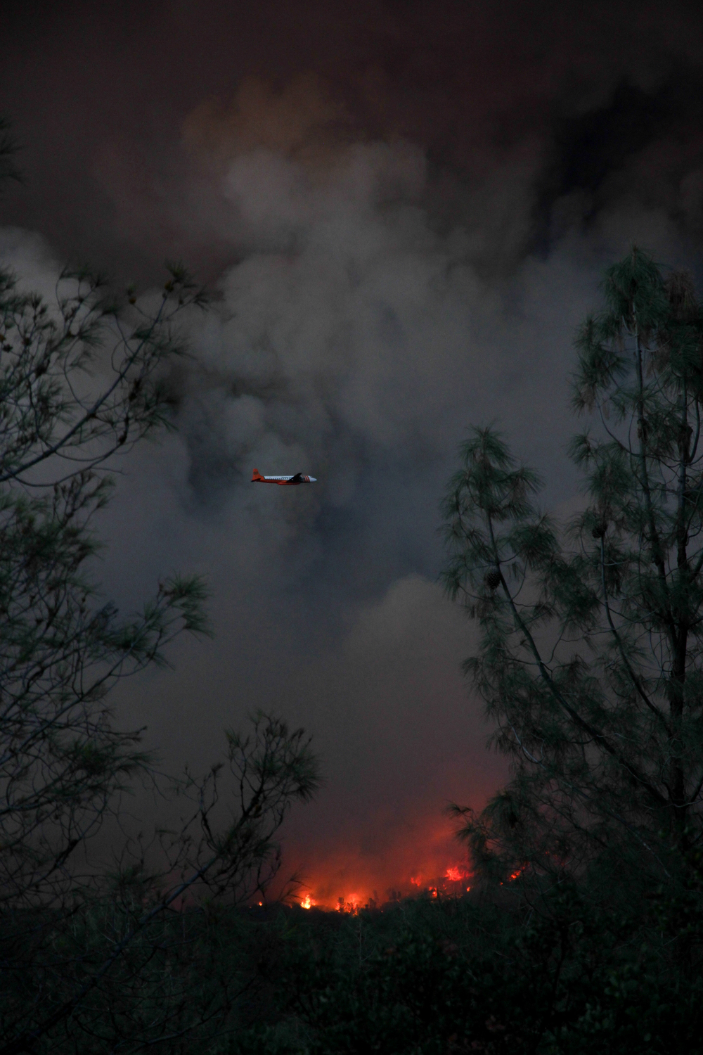 Tanker flies over the Jerusalem Fire