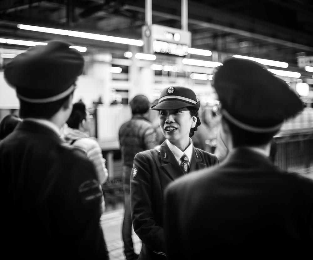 新幹線のホームで駅員がいる