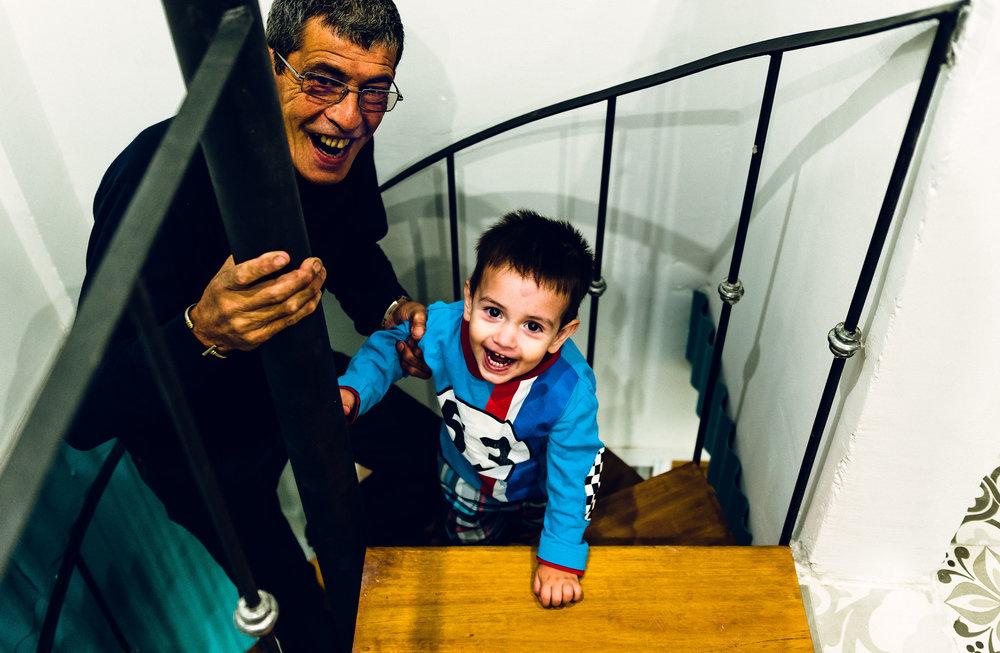 El abuelo guía al nieto por la escalera de la próxima aventura de su hijo.