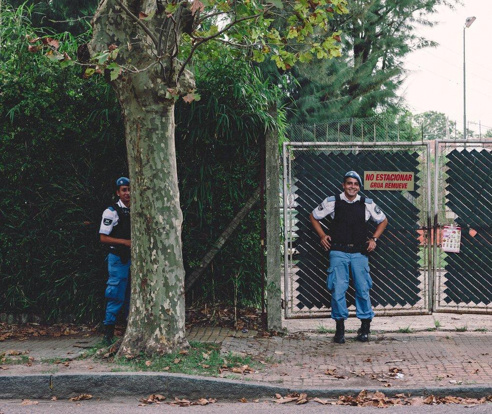 La historia de robos asociados con la policía es una narrativa común en Argentina. Nunca podría estar seguro de si podía sentirme seguro o tenso cuando la policía estaba presente. Sin embargo, en el Tigre el populoso tenía una sensación de calma y la policía era absolutamente cortés. El oficial sonríe generosamente mientras su compañero declina amablemente la foto.