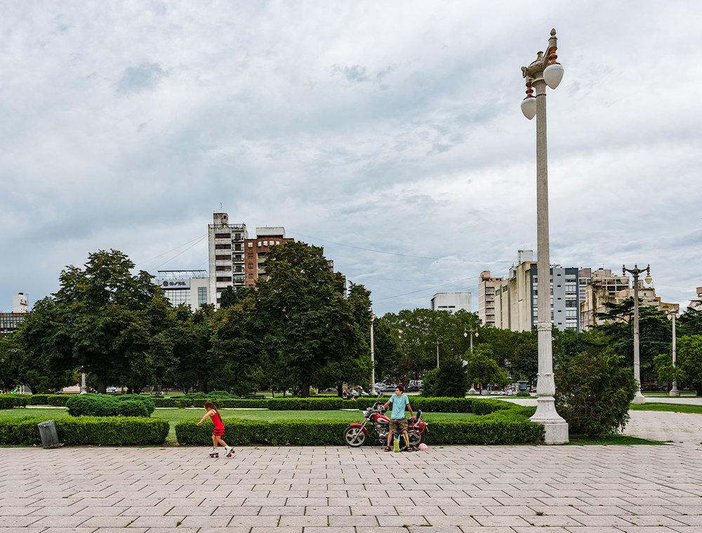 Una niña y su papá pasan tiempo juntos en una plaza en la plata. Papá los llevó allí en moto.