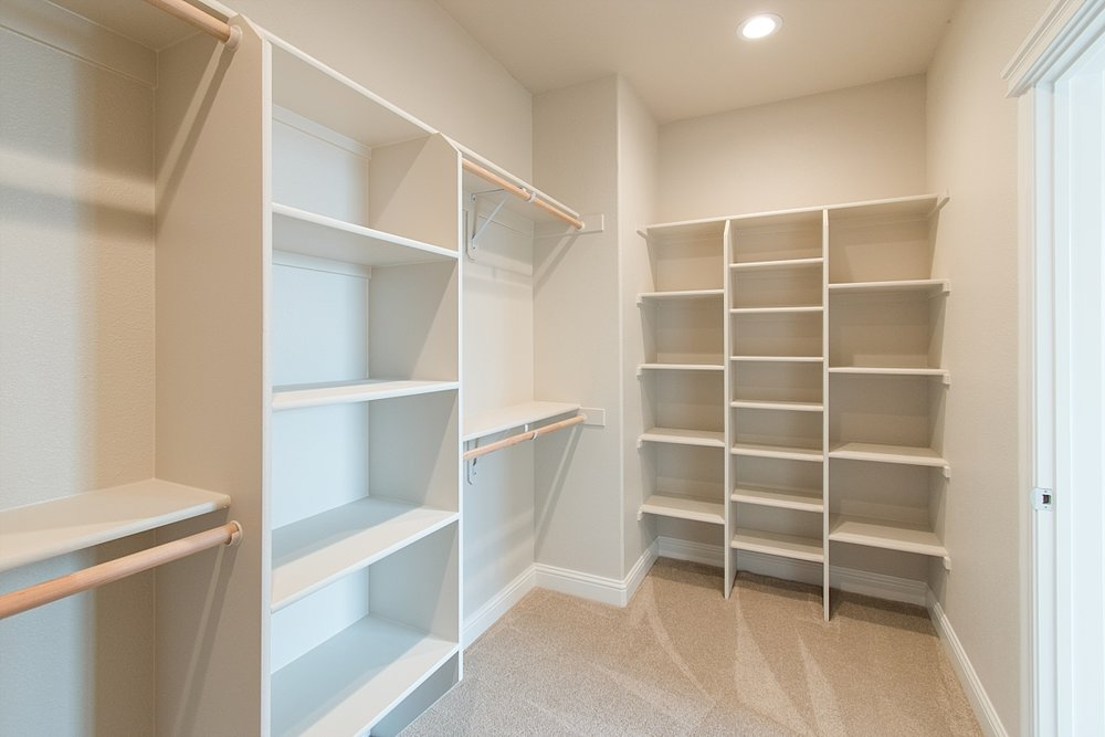 Ok ladies! Who WOULDN'T want a walk-in closet like this one?! Holy Moly!!!! AMAZING!!!