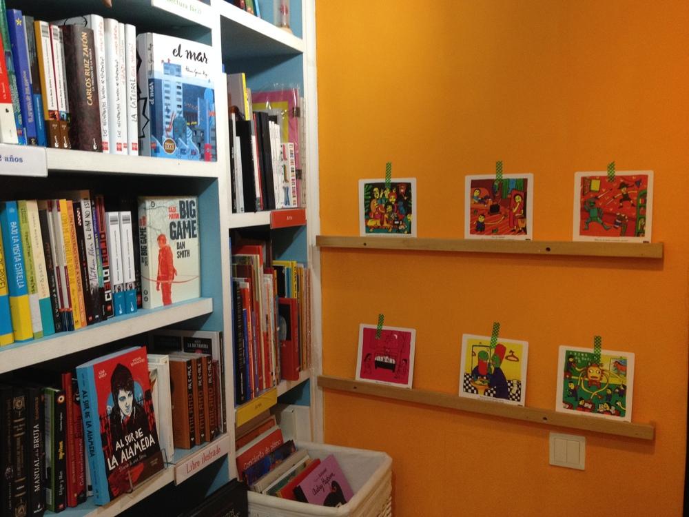 Las estupendas libreras Clara y Thais nos habían preparado el espacio para la ocasión, e incluso habían decorado las paredes con escenas de nuestros títulos. ¡Nos encantó!