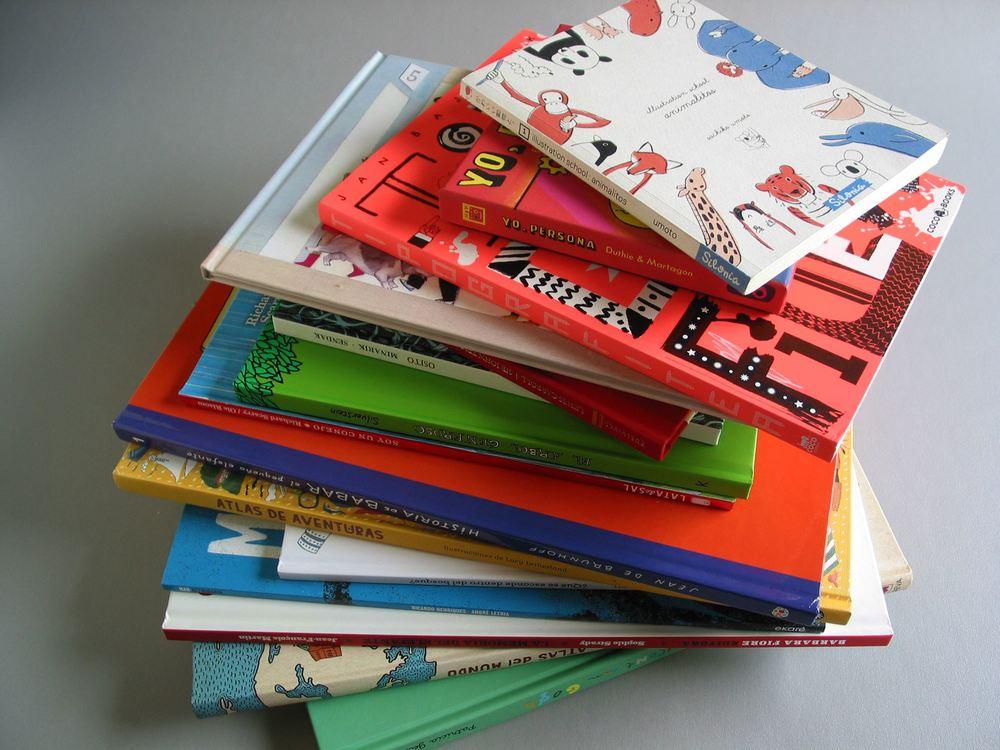 ¡Oh! ¿Qué asoma por ahí, entre el  Illustration School: Animalitos , de Sachiko Umoto (Silonia) y  Tipografitea , de Jan Baktlik (Coco Books)? ¡Síiiii! ¡Es nuestro  Yo, persona !
