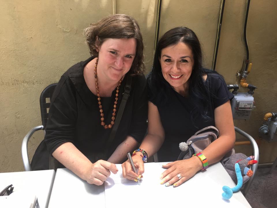 Ellen Duthie, de Wonder Ponder, y Leslie Cazáres, de la Federación Mexicana de Filosofía para Niños, firmando el convenio