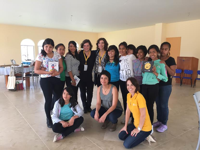 En la Casa Hogar Santa Rosa de Lima con las chicas residentes y Alexandra, voluntaria de LEO.