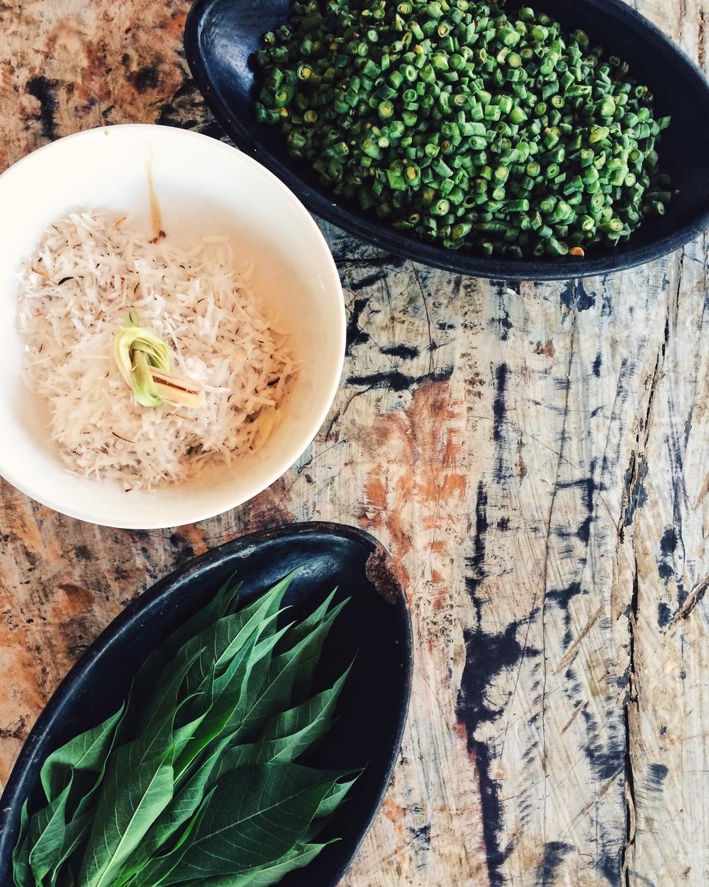 Ingredientes para el jukut urab: coco rallado, lemongrass, hojas de cassava y judías verdes