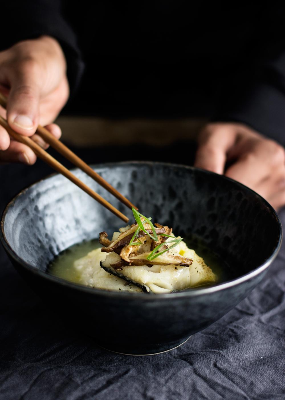 sopa de miso con bacalao al horno y shiitake