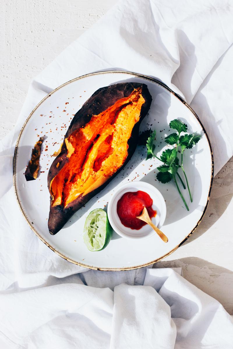 boniato asado con salsa sriracha