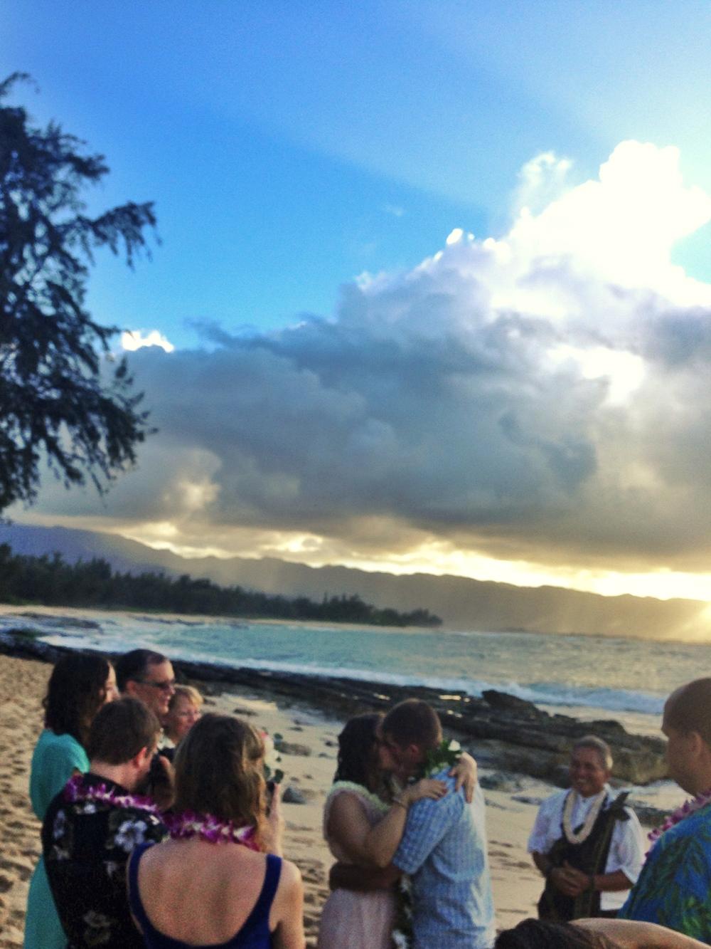 jacqueline-caleb-hawaii-wedding-sunset-kiss