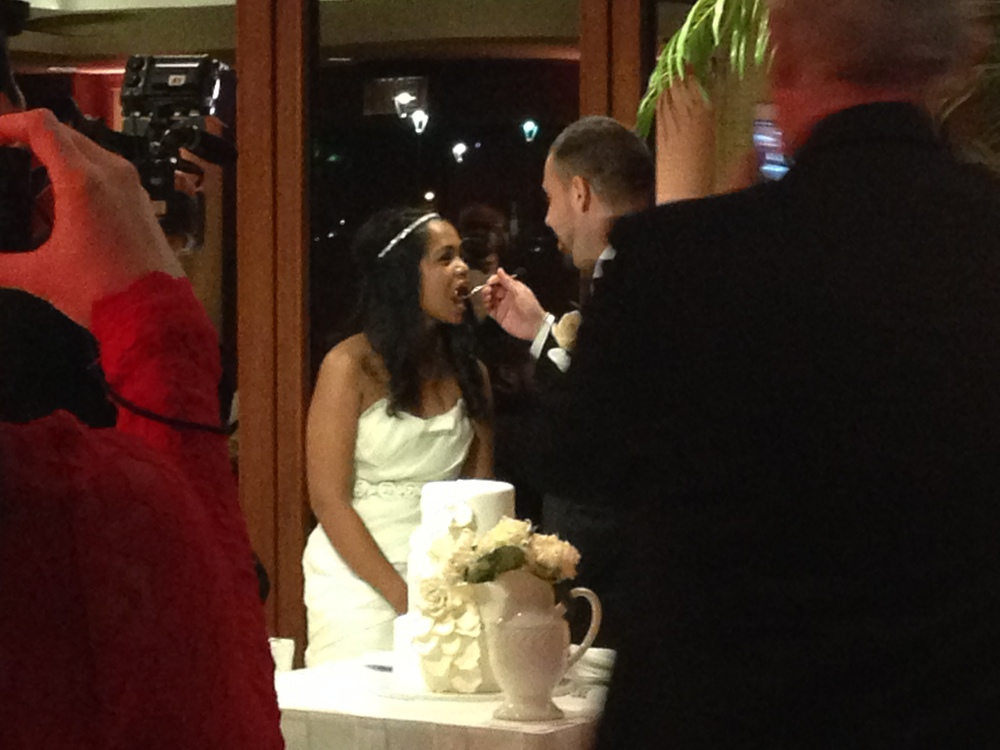 21-shanna-daniel-cake-cutting-hawaii.JPG