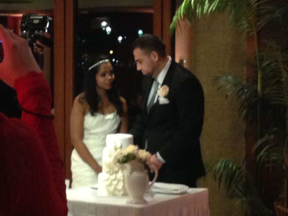 20-shanna-daniel-cake-cutting-hawaii.JPG