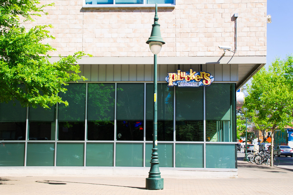 Short and to the point: Pluckers' sign directs hungry customers indoors.