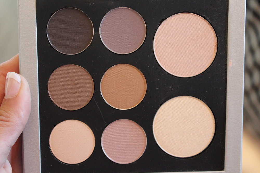 Elevé' Cosmetics'eyeshadow palette comprises neutral colors.