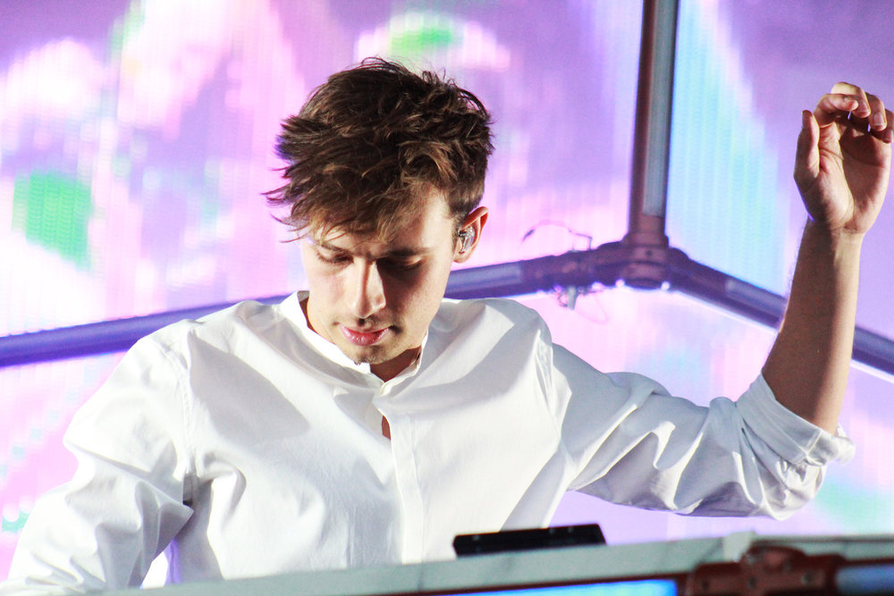 Flume hypes up the audience.