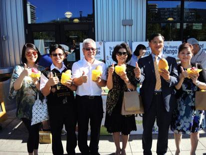農業局長蔡復進(左三)帶隊至加拿大行銷高雄首選水果,成功將農特產打入當地白人高級超市裡,再讓高雄農產品聲名大噪。(照片:農業局提供)