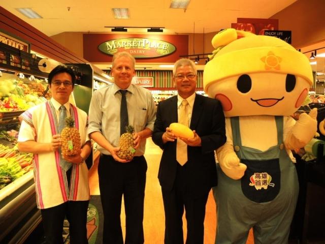 高雄市農業局長蔡復進(右2)帶領吉祥物「高通通」,在加拿大溫哥華高級白人超市行銷高雄首選水果。(高雄市政府農業局提供)