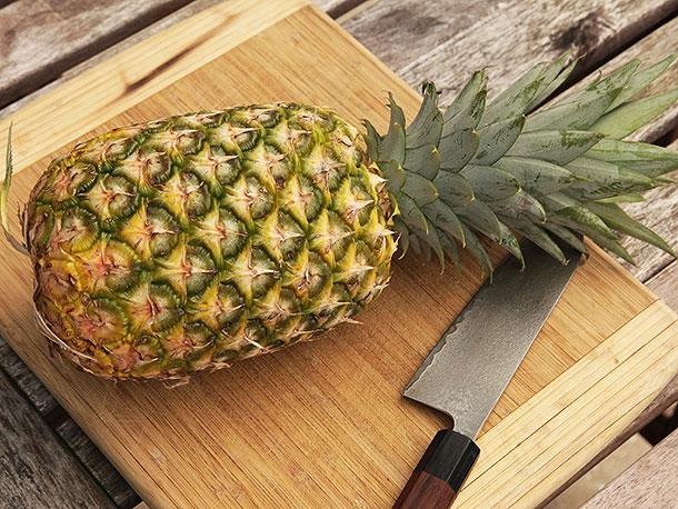 20140522-pineapple-knife-skills-01.jpg